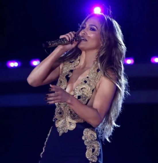 Jennifer Lopez stuns in a Ralph Lauren suit (1)