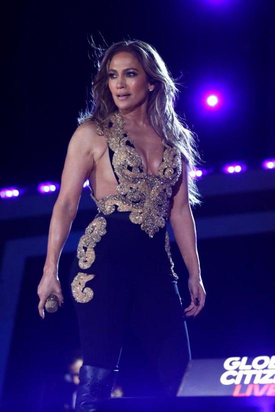 Jennifer Lopez stuns in a Ralph Lauren suit (2)