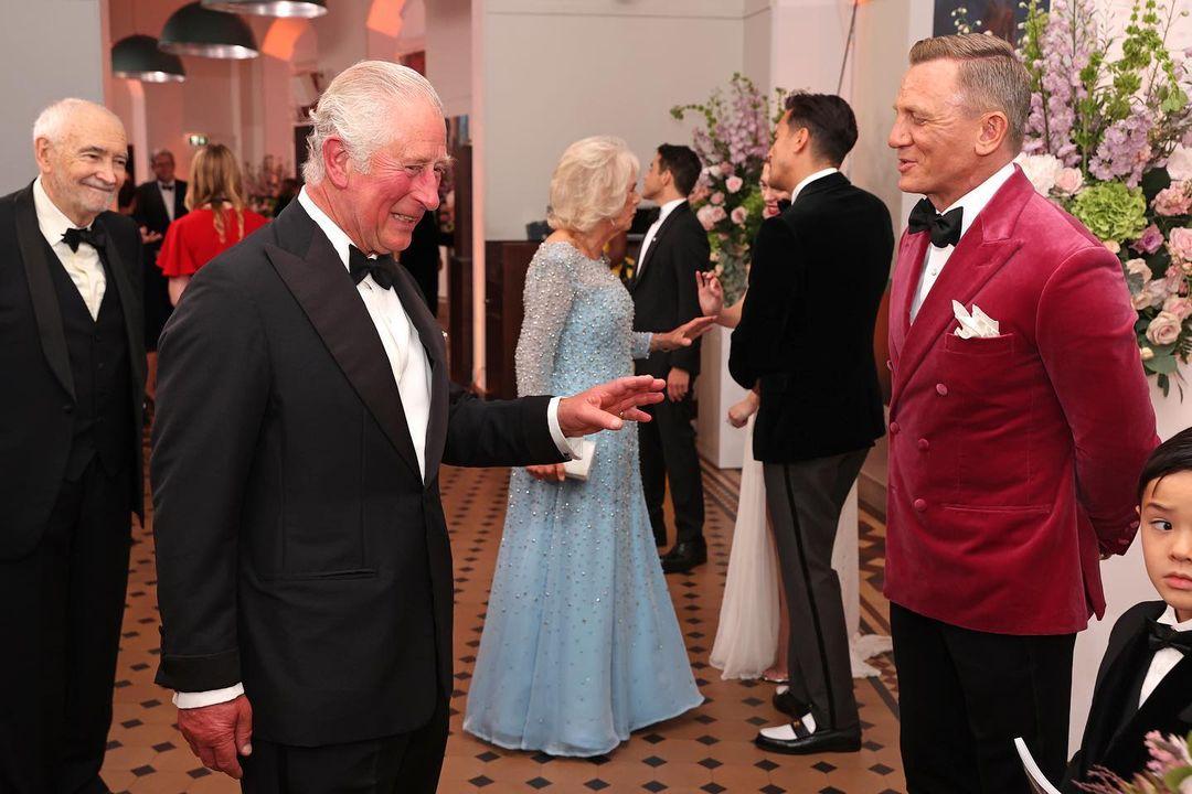 الامير تشارلز والعائلة المالكة في العرض الخاص لجيمس بوند  (6)