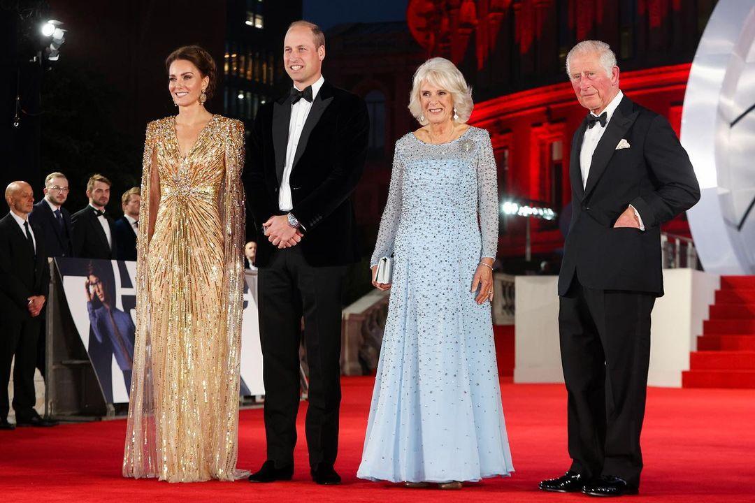 الامير تشارلز والعائلة المالكة في العرض الخاص لجيمس بوند  (1)
