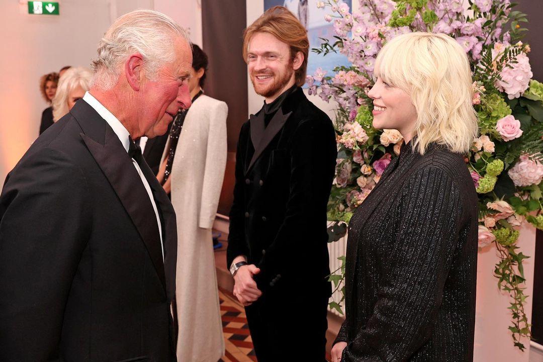 الامير تشارلز والعائلة المالكة في العرض الخاص لجيمس بوند  (3)