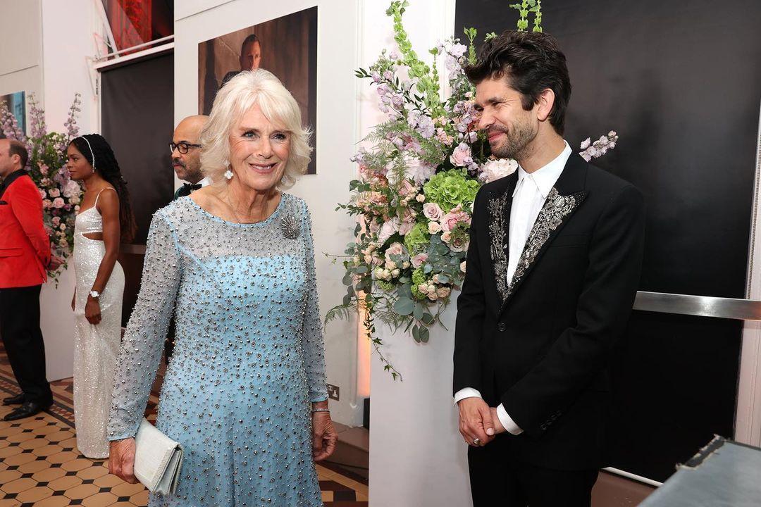 الامير تشارلز والعائلة المالكة في العرض الخاص لجيمس بوند  (4)