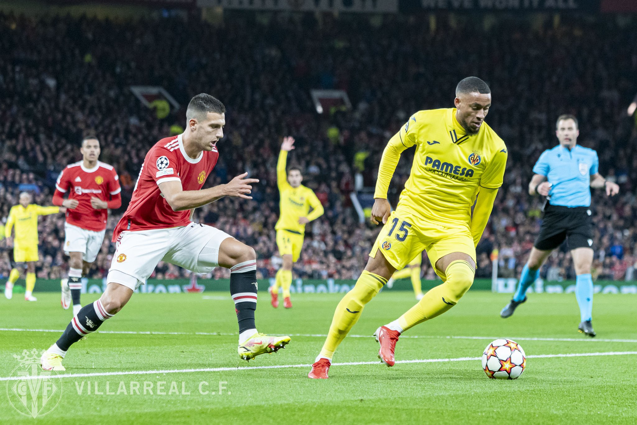 The ball battle between Man United players against Villarreal