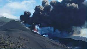 تصاعد الادخنة من اصدام البركان
