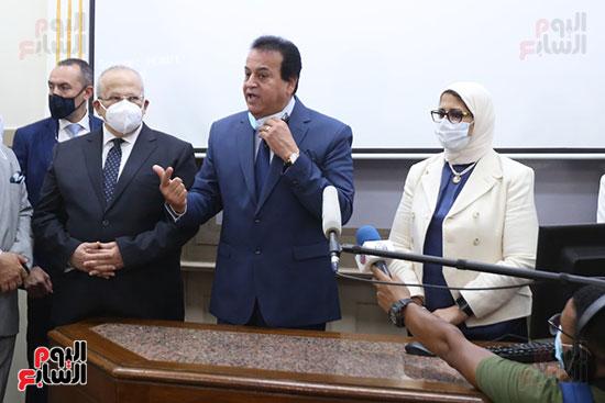 جولة وزير التعليم العالي ووزيرة الصحة فى جامعة القاهرة (15)