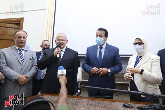جولة وزير التعليم العالي ووزيرة الصحة فى جامعة القاهرة (17)