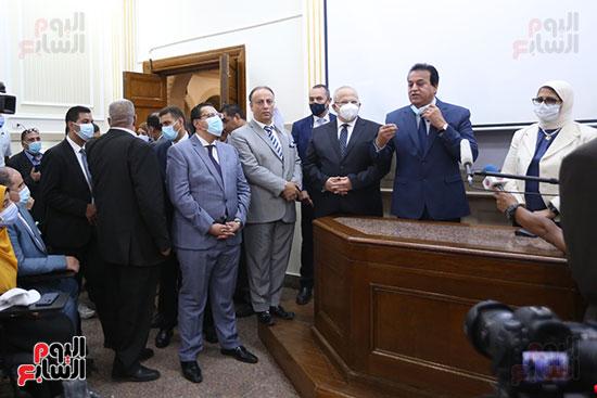 جولة وزير التعليم العالي ووزيرة الصحة فى جامعة القاهرة (16)