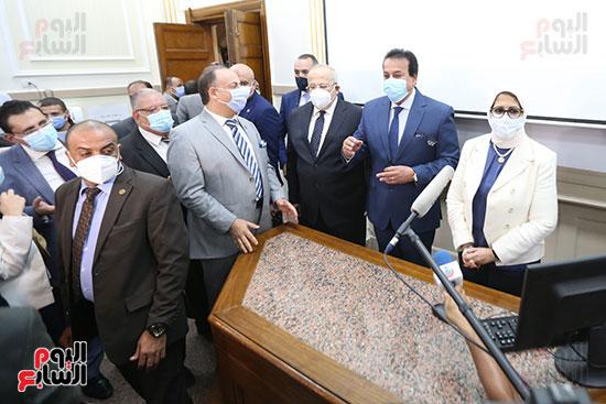 جولة وزير التعليم العالي ووزيرة الصحة فى جامعة القاهرة (14)