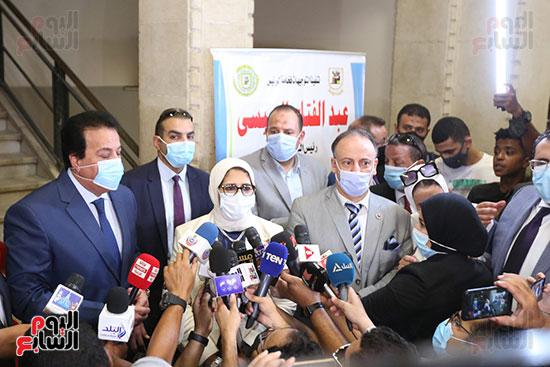 جولة وزير التعليم العالي ووزيرة الصحة فى جامعة القاهرة (19)