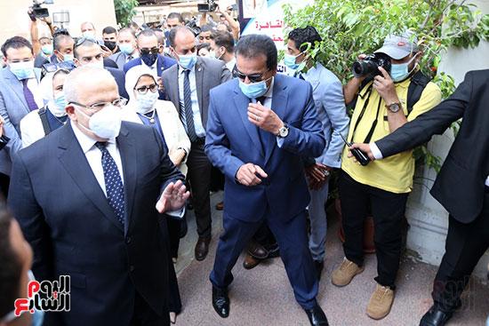 جولة وزير التعليم العالي ووزيرة الصحة فى جامعة القاهرة (11)