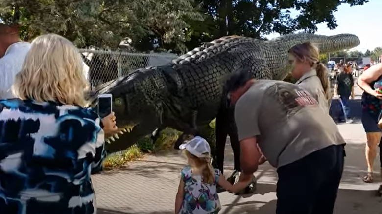 Citizens meet pictures with a dinosaur