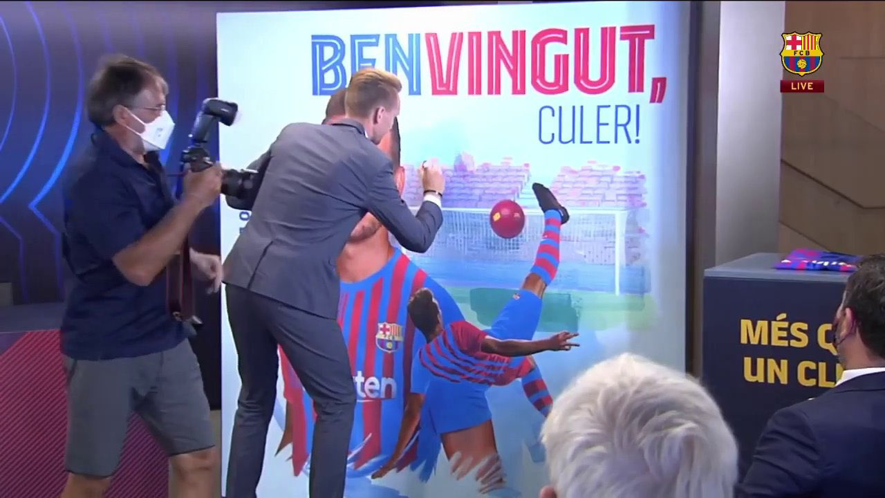 De Jong signs his own banner