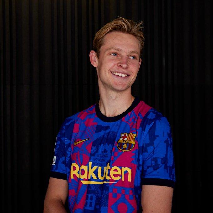 De Jong wears Barcelona's third shirt