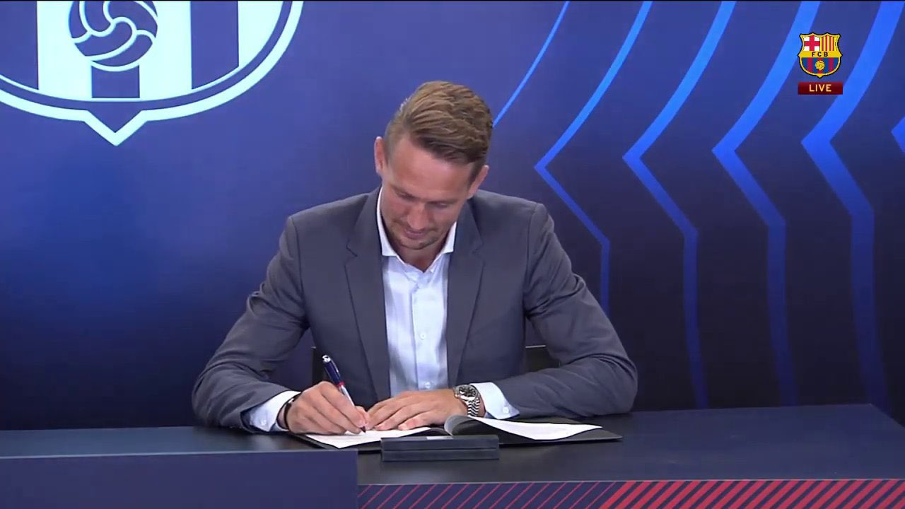 Luke de Jong signs his transfer contracts to Barcelona