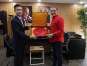 خالد صلاح مع المسئولين بالسفارة الصينية