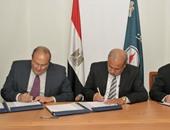 وزير البترول أثناء توقيع الاتفاقية