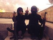 لطفلين بأحد معسكرات التدريب التابعة لتنظيم داعش