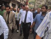 الدكتور جلال مصطفى سعيد خلال جولته بحى الساحل