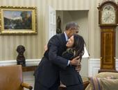 أوباما يعانق الممرضة الأمريكية نينا فام