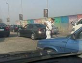 عقيد الشرطة ينظف الطريق الدائرى