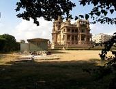 مخلفات وبقايا هدم فى حديقة قصر البارون
