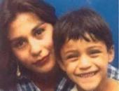 أليكسيس سانشيز فى أحضان والدته