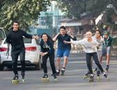 شباب يمارس رياضة التزلج