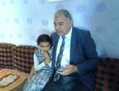 عبدالحميد اللبودى رئيس مدينة أبو المطامير يحتضن الطفلة