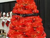 شجرة عيد الميلاد يكسوها اللون الأحمر