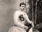 صور نادرة لرجال القرن الـ19 بملابس النساء