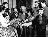 أينشتاين مع مجموعة من الأطفال اللاجئين اليهود