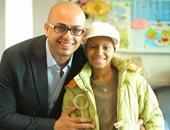 أحمد مراد مع أحد الأطفال بالمستشفى