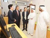 عبدالله ماجد وجمعة القبيسى يستمعان لشرح عن مكتبة نافذة على كوريا