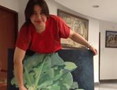 الفنانة المصرية أمانى زهران تعرض إحدى لوحاتها بالمهرجان