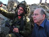 موشيه يعالون وسط جنود الجيش الإسرائيلى