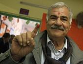 مواطن يبصم بالحبر الفسفوى على جبهته بعد التصويت