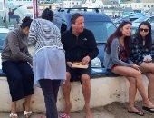 ديفيد كاميرون رئيس وزراء بريطانيا السابق يأكل على الرصيف