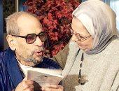 الاديب العالمي نجيب محفوظ مع زوجته
