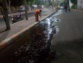 عمال النظافة أثناء رفع المياه عن الطريق