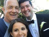توم هانكس مع العروسين