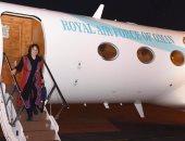 لحظة وصول الكندية هوما هودفار إلى العاصمة العمانية مسقط