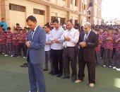 مدير المدرسة يصلى إمامًا بالطلاب