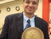 ابن محمد رجب النجار يتسلم الجائزة