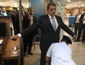 عمرو الجارحى يخضع للتفتيش