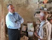 مسعد عمران رئيس غرفة صناعة الحرف اليدوية مع احد العاملين بمنطقة الفخارين