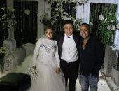 محمود عبد المغنى مع العروسين