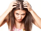 فتاة تتفحص شعرها