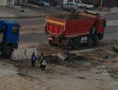 سيارات النقل الثقيل تقف على خط مياه الشرب