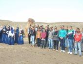 شباب وفتيات يزورون منطقة صان الحجر الأثرية