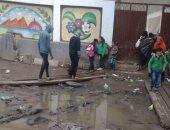 التلاميذ يدخلون إلى المدرسة عبر السقالة